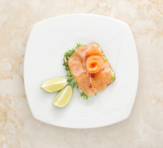 Sandwiches de saumon aux feuilles de salade
