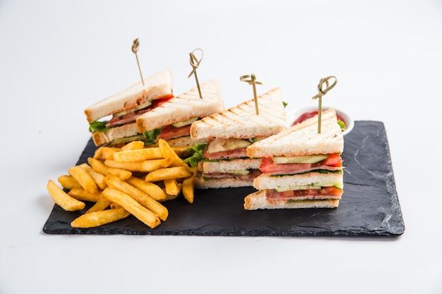 Sandwiches savoureux au jambon et légumes