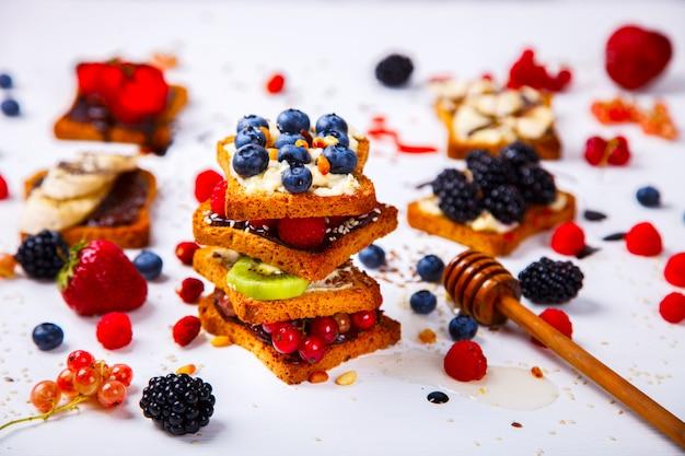 Sandwiches set sweet avec du fromage à la crème et des baies fraîches et des fruits