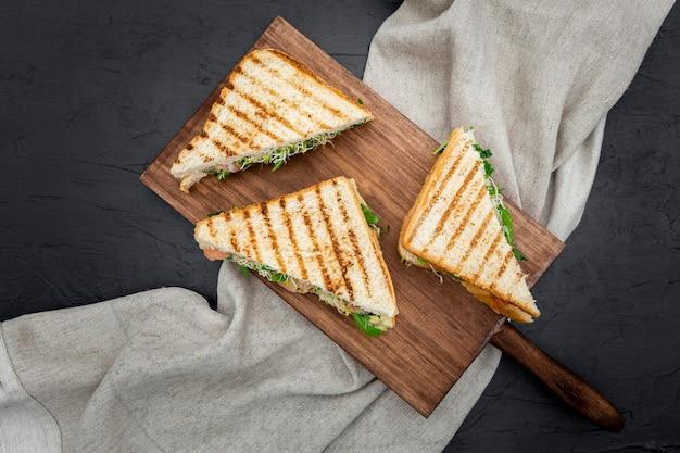 Sandwiches triangulaires sur planche à découper