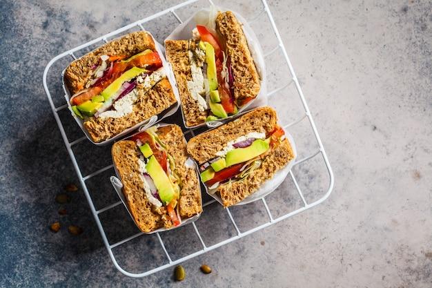 Sandwiches végétaliens avec tofu, avocat et tomate, vue de dessus, espace copie. concept de nourriture végétarienne saine.