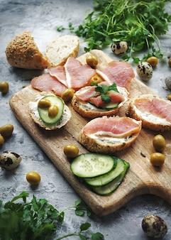 Sandwiches à la viande sur une planche à découper, composition alimentaire