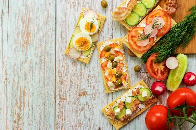 Sandwiches avec vue de dessus de pain croustillant, collations diététiques, vue de dessus