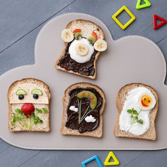 Sandwichs d'art culinaire pour enfants, avec des grimaces et des fleurs