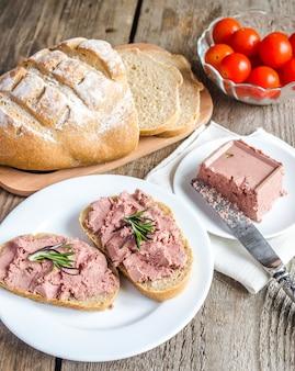 Sandwichs au blé entier avec pâté de foie