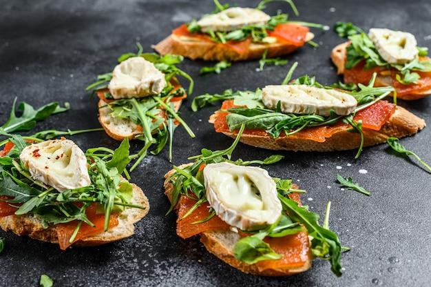 Sandwichs au camembert, roquette et marmelade de poires