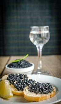 Sandwichs au caviar noir et verre de vodka