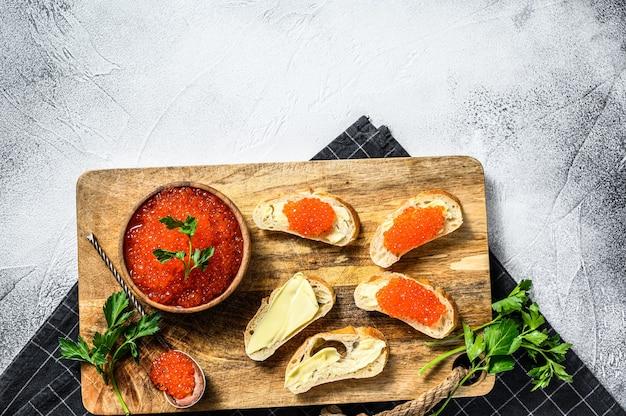 Sandwichs au caviar de saumon rouge