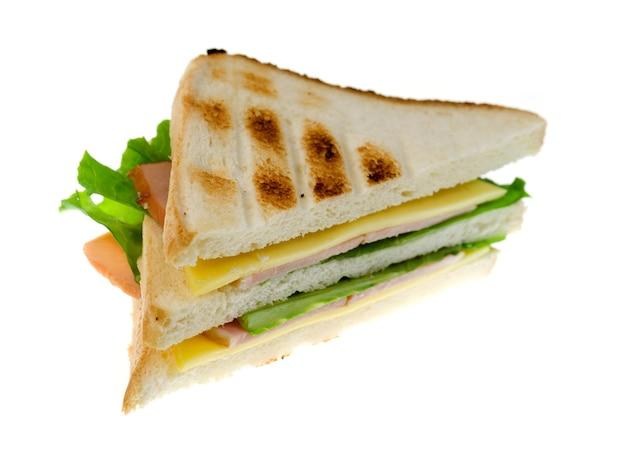 Sandwichs au fromage et jambon isolés sur fond blanc.