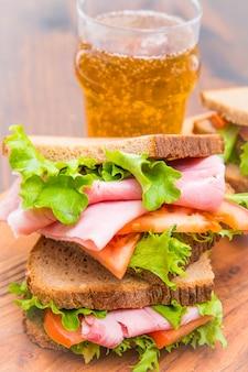Sandwichs au jambon, salade et tomates