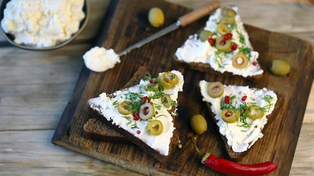 Sandwichs au mascarpone aux olives et épices.