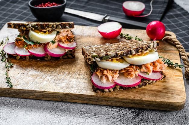 Sandwichs au pain de céréales au saumon fumé