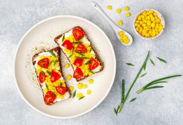 Sandwichs au pain de seigle avec du maïs