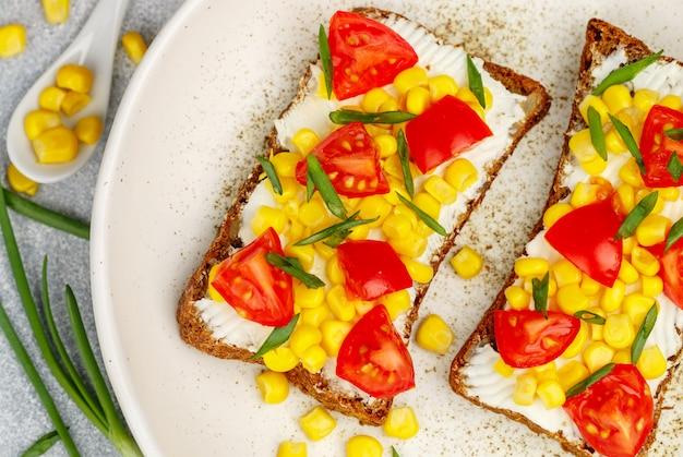 Sandwichs au pain de seigle avec maïs et tomate
