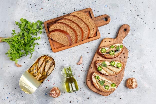 Sandwichs au poisson avec des sprats.