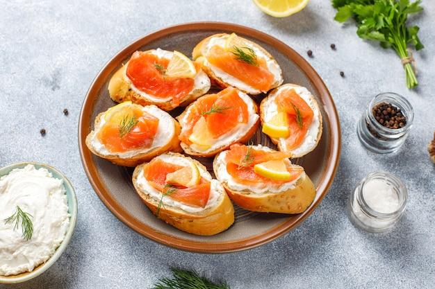 Sandwichs au saumon fumé, fromage à la crème et aneth.