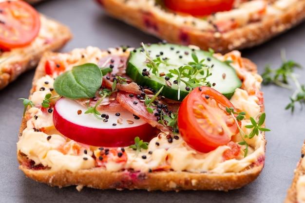 Sandwichs aux légumes au fromage à la crème et au salami