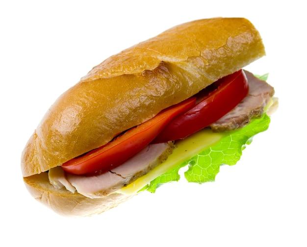 Sandwichs aux légumes et jambon isolés sur fond blanc.