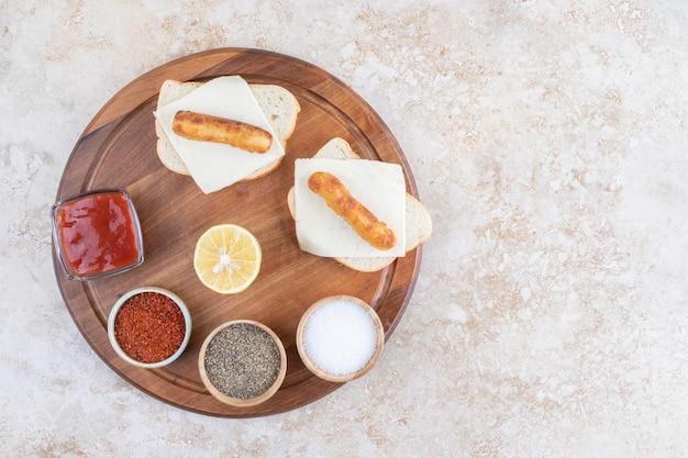 Sandwichs aux saucisses grillées avec une variété de sauces.