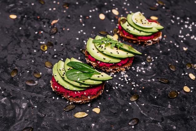 Sandwichs à l'avocat avec graines, sésame et citron vert