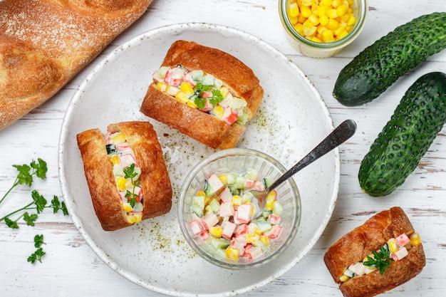 Sandwichs à la baguette avec salade de crabe