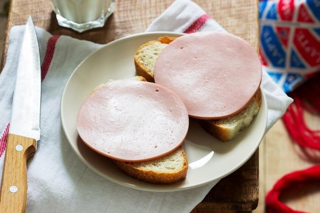 Sandwichs à base de pain et de saucisse bouillie