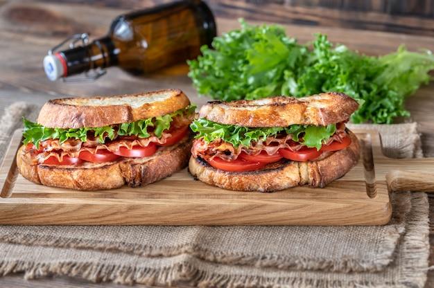 Sandwichs blt sur la planche de bois