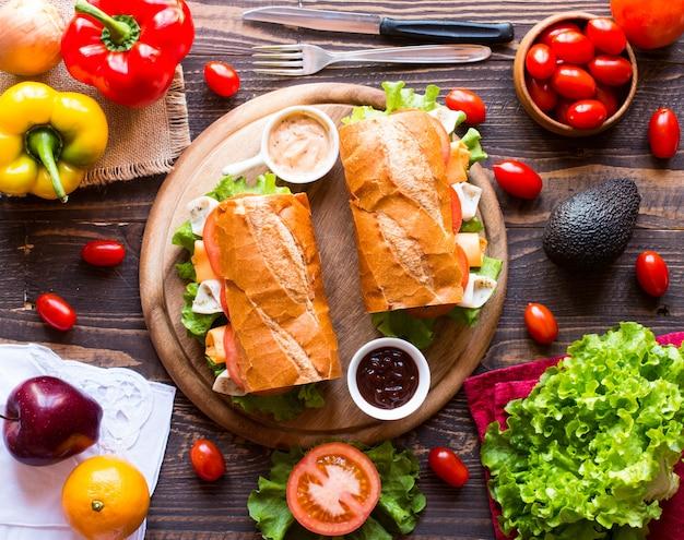 Sandwichs délicieux et savoureux avec tomates fromage jambon à la dinde