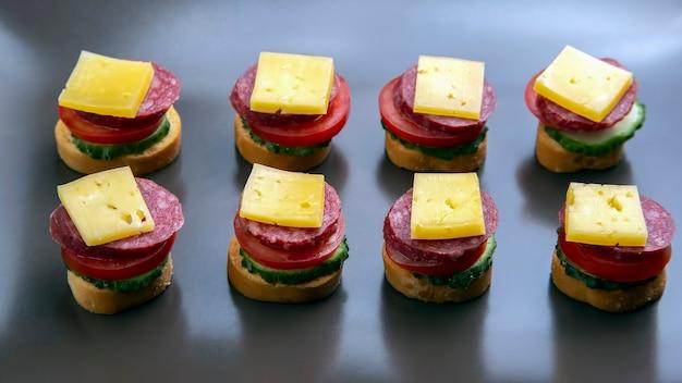 Sandwichs légers à base de légumes, fromage et saucisses. restauration rapide et petit déjeuner