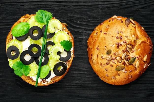 Sandwichs de légumes au céleri et olives noires