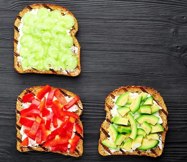 Sandwichs de légumes au céleri, paprika, avocat