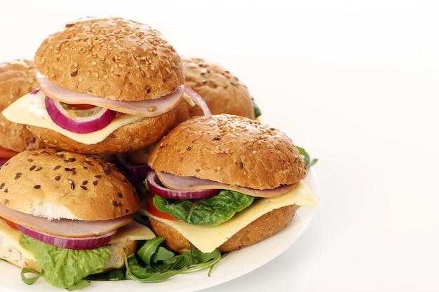 Sandwichs maison isolés sur blanc