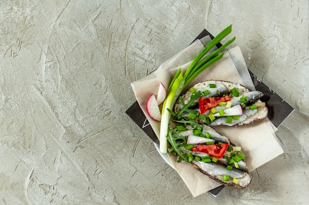 Sandwichs odessa classiques tranches de pain noir avec du beurre et du sprat