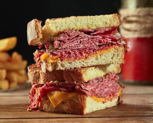 Sandwichs de pain grillé à l'emmental de veau et sauce blanche