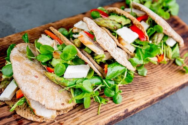 Sandwichs pita farcis au poulet et aux légumes