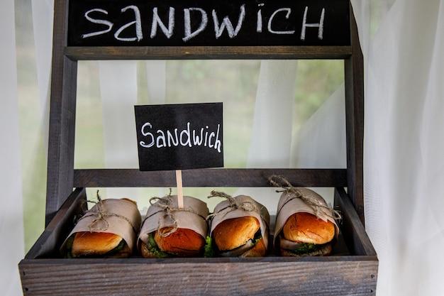 Sandwichs sur la restauration événementielle. nourriture de rue prête à servir sur un stand de nourriture.