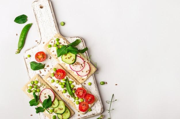 Sandwichs sains avec fromage à pâte molle et crudités sur pain croustillant.