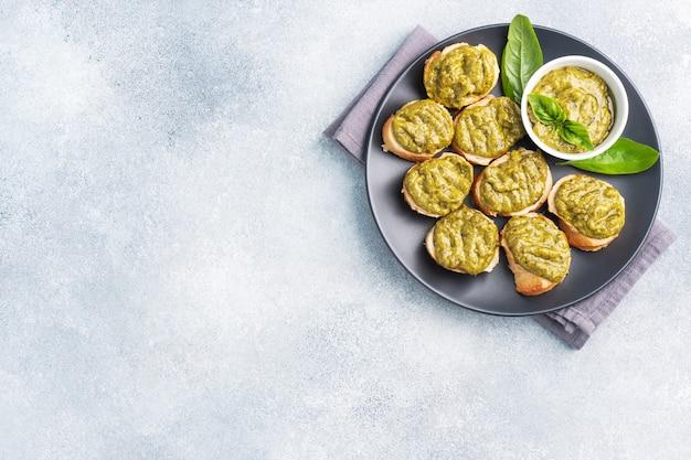 Sandwichs avec sauce pesto, feuilles de basilic frais et ail. une délicieuse collation saine. espace de copie