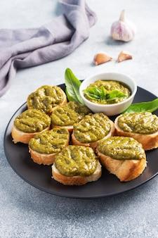 Sandwichs avec sauce pesto, feuilles de basilic frais et ail. une délicieuse collation saine.
