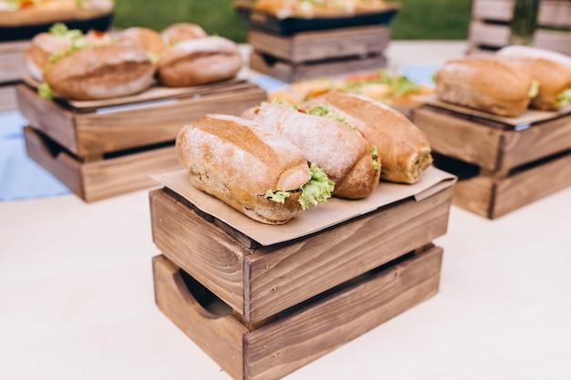 Sandwichs sous-marins frais avec jambon, fromage, bacon, tomates, laitue, concombres et oignons