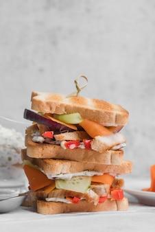 Sandwichs toast à angle élevé sur table