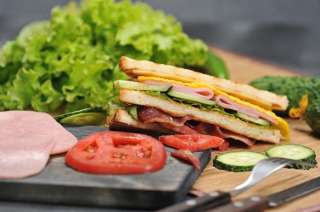 Sandwichs triangulaires avec jambon et omelette sur une assiette