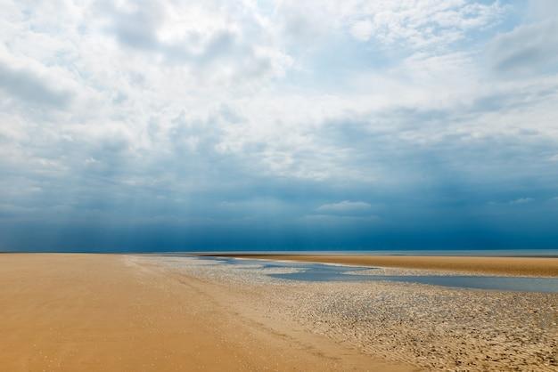 Sandy formby beach près de liverpool par temps nuageux