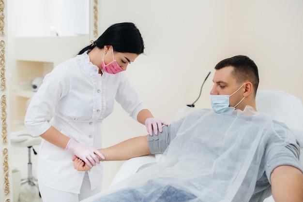 Le sang d'un homme est prélevé dans une veine pour analyse et dépistage de virus. la formation du système immunitaire et des anticorps.