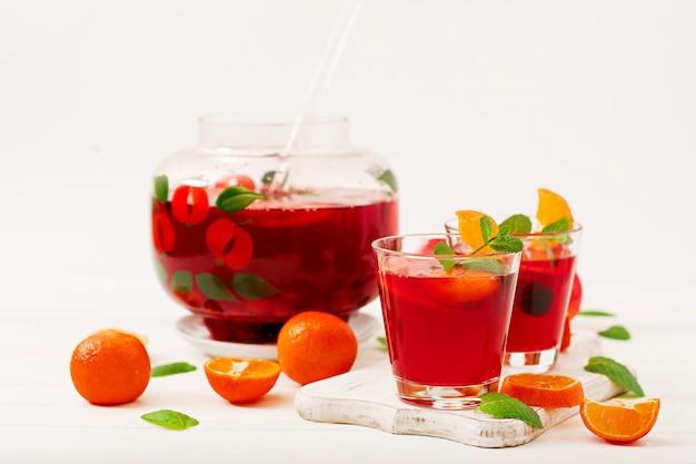 Sangria aux fruits et menthe sur fond blanc