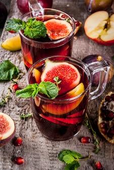Sangria aux fruits rouges avec pommes, prunes, figues, grenade et épices