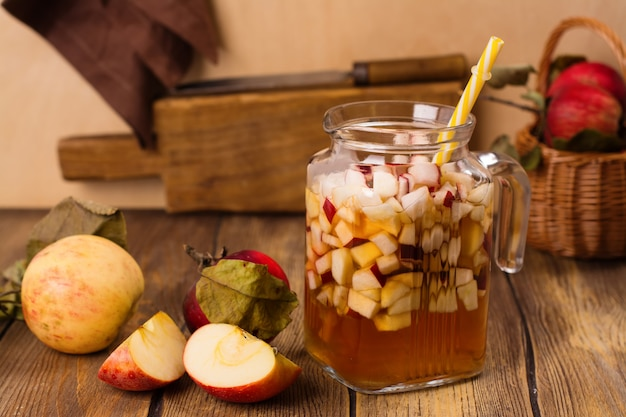 Sangria de cidre de pomme dans un bocal en verre sur une table en bois