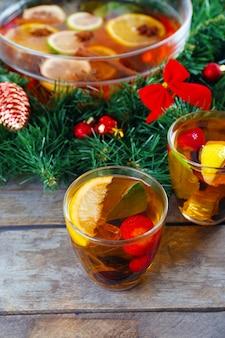 Sangria dans un bol et des verres avec décoration de noël sur table en bois se bouchent