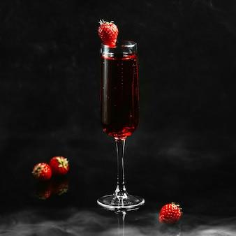 Sangria fraîche aux fraises sur la table