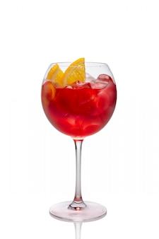 Sangria froide dans un verre à vin isolé sur blanc.